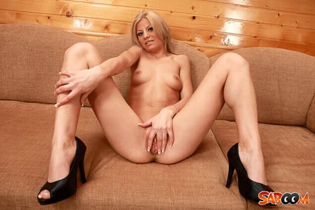 Junge Blondine wichst sich den rosa Fickschlitz auf versautem Pornofoto